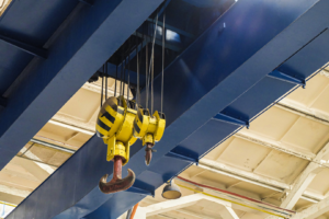 工場・倉庫に天井クレーンを設置するメリットや注意点を解説します